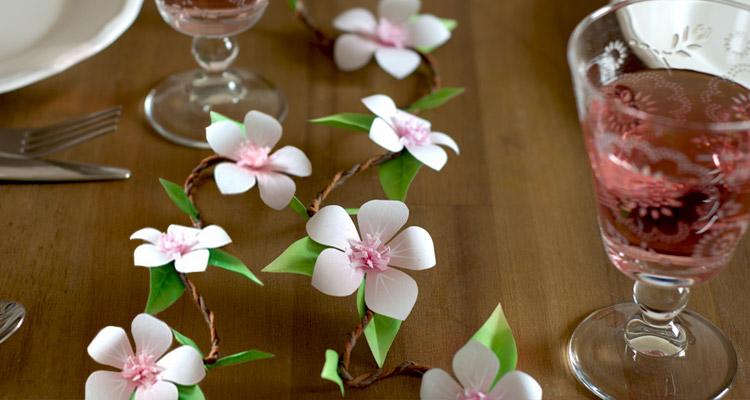 DIY Tischgirlande mit Ppaierblüten