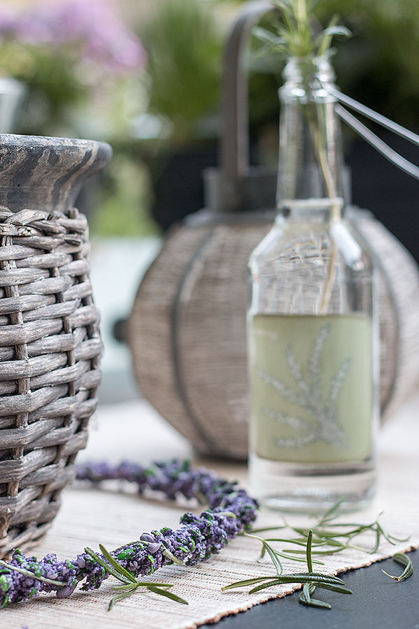 Flaschenvase mit Rosmarin