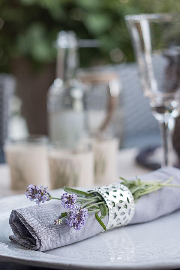 Servietten mit frischem Lavendel dekoriert