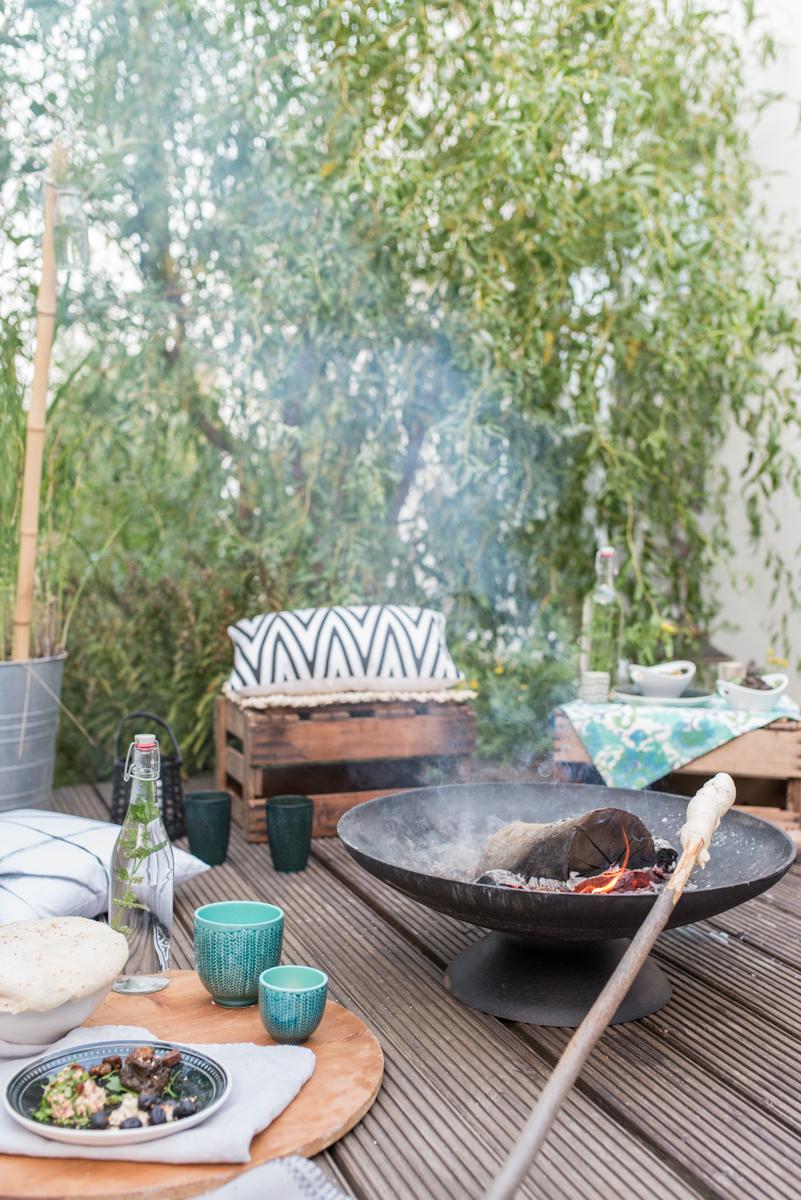 Rezepte mit Stockbrot und Dips für das Lagerfeuer in der Feuerschale