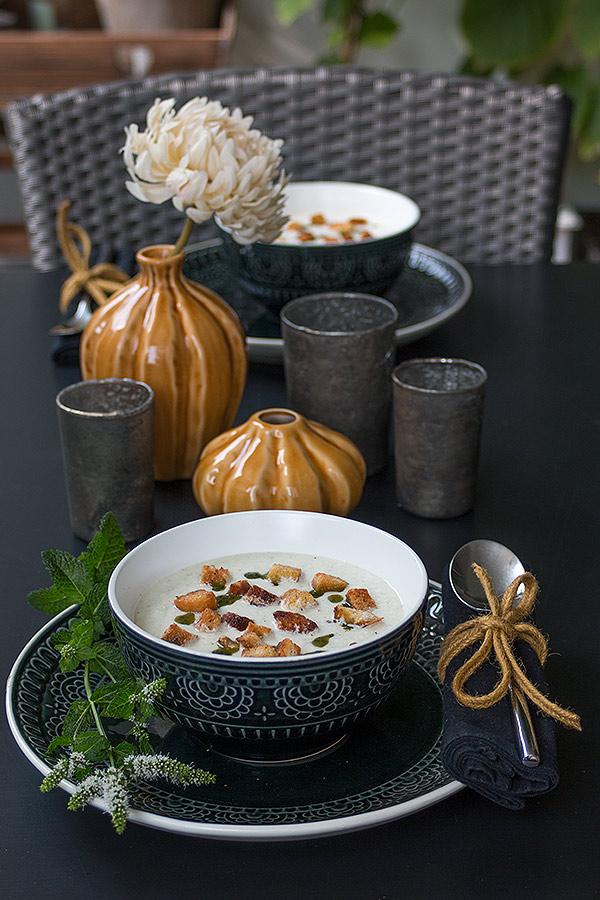 Kalte Gurkensuppe mit Croûtons und Minze