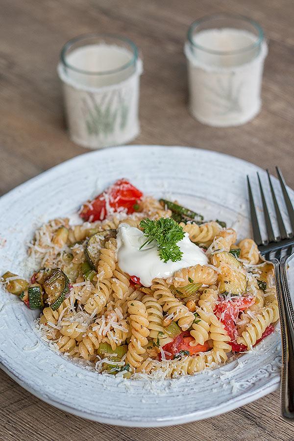 sommerliche Pasta mit Zucchini, Tomaten und Pinienkernen