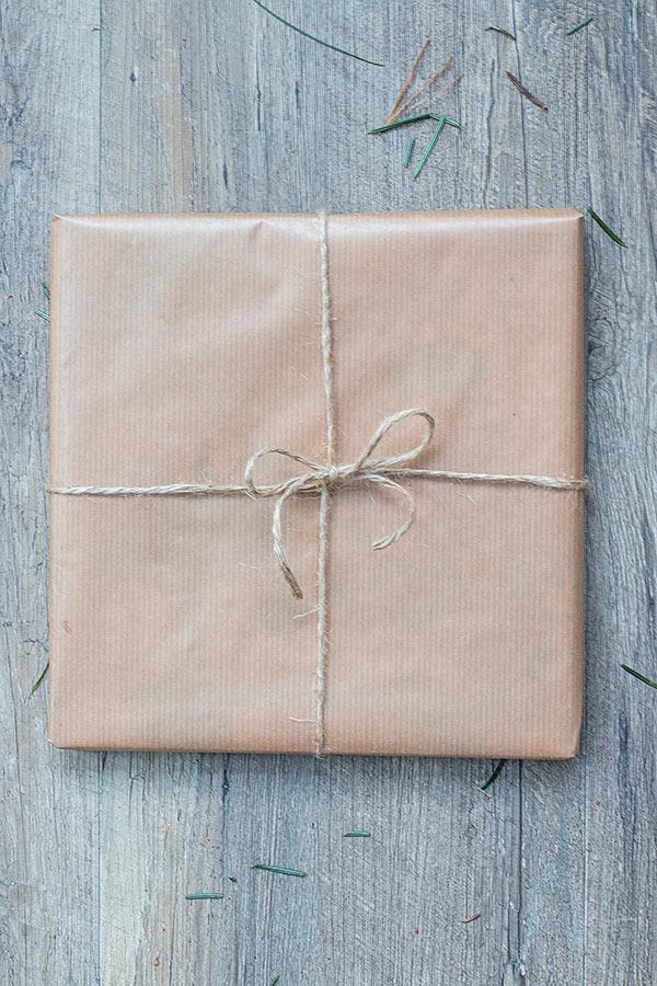 1. Schritt Weihnachtsgeschenke mit Naturmaterialien-verpacken