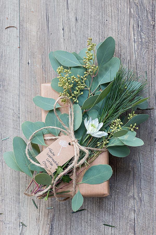 2. Schritt Weihnachtsgeschenke mit Naturmaterialien-verpacken