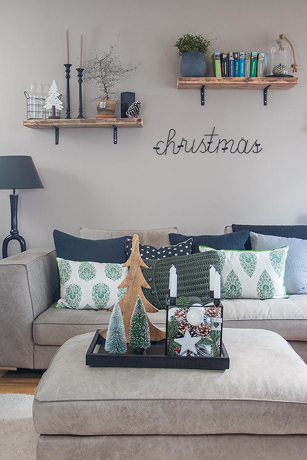 Glaskasten weihnachtlich dekoriert im Wohnzimmer