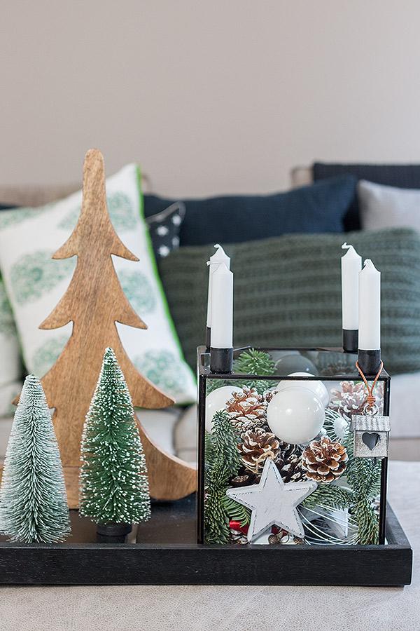 Glaskasten weihnachtlich dekoriert mit Kugeln und Zapfen