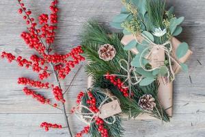 Weihnachtsgeschenke mit Naturmaterialien verpacken und dekorieren