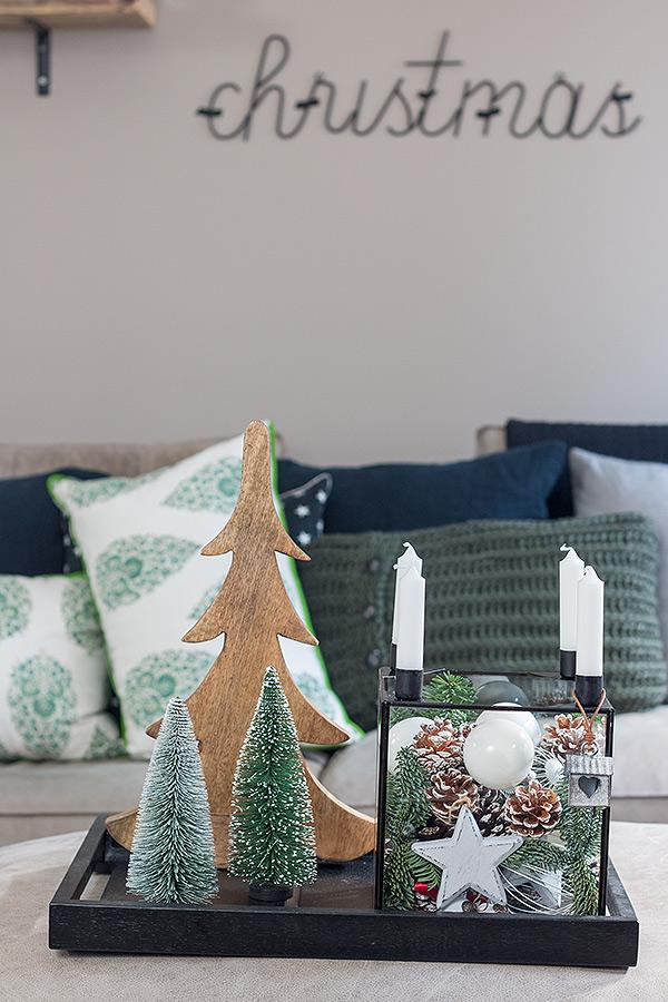 weihnachtich dekorierter Glaskasten von DEPOT