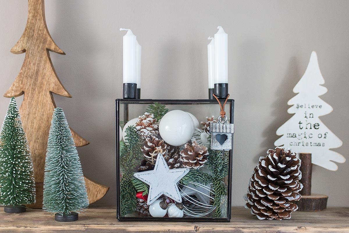 weihnachtlich geschmückter Glaskasten