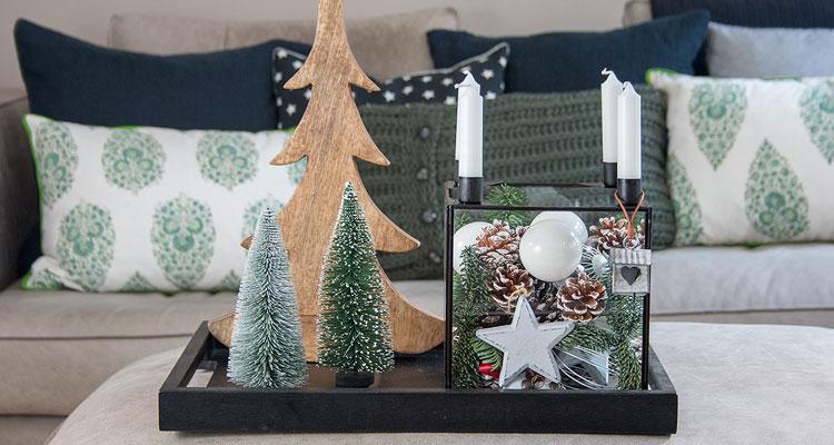 weihnachtliche Tischdeko im Glaskasten