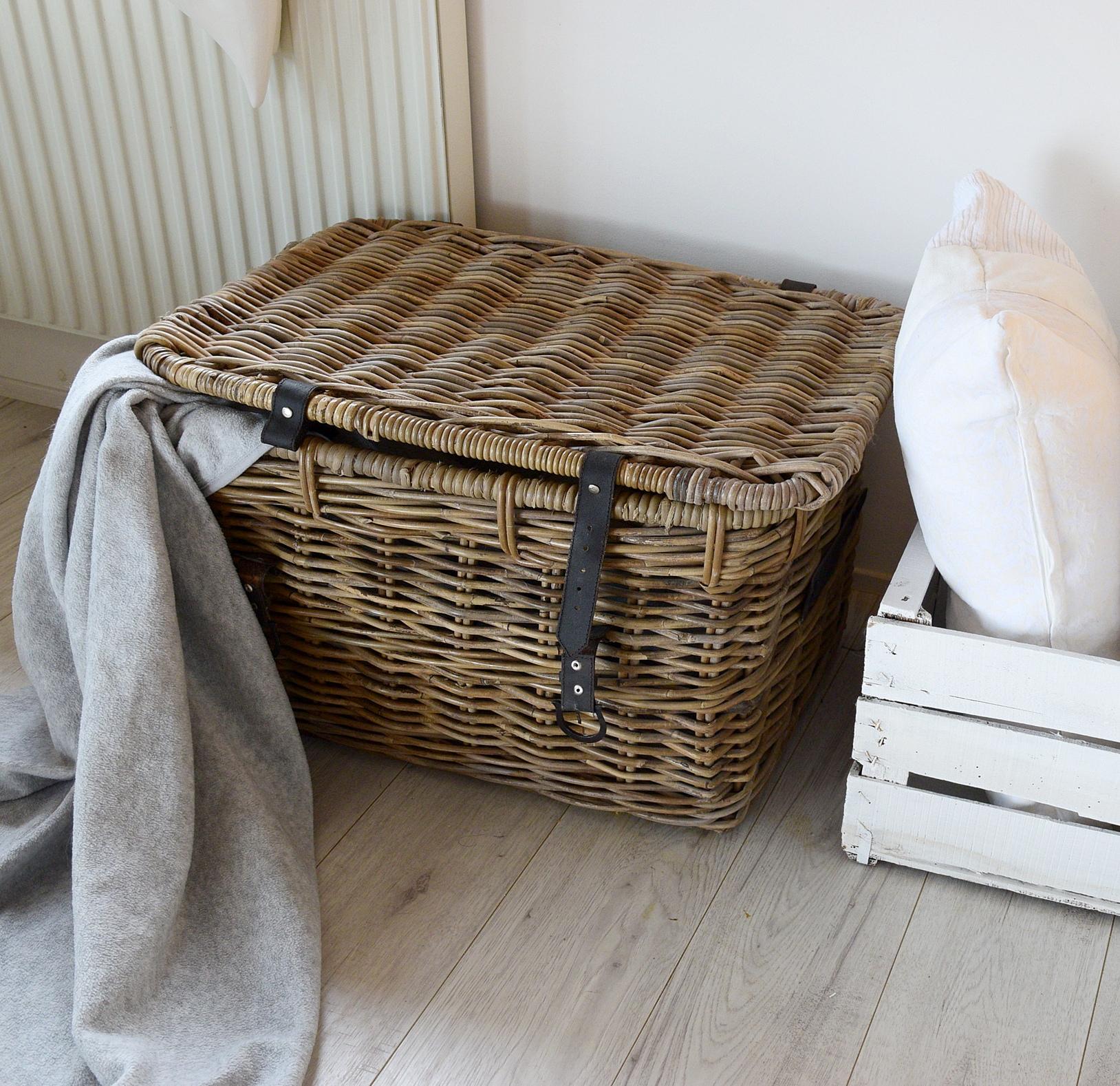 Kuscheliges Wohnzimmer mit Decken und Kissen von Depot 14