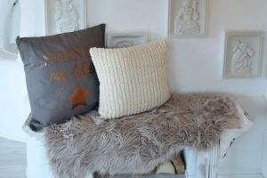 Kuscheliges Wohnzimmer mit Decken und Kissen von Depot 33