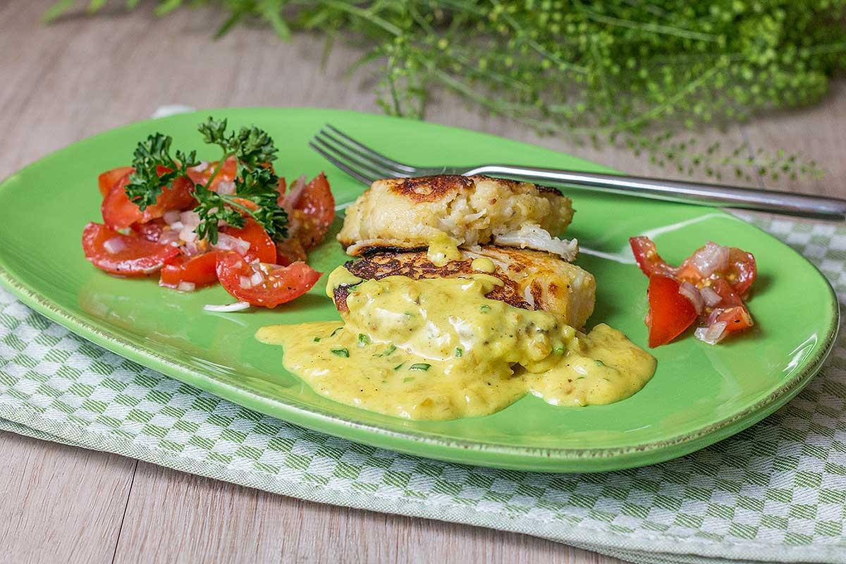 Blumenkohlbratlinge mit Currysauce und Tomatensalat