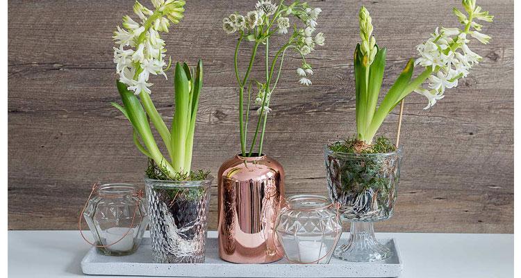 Frühlingsdeko mit Kupferelementen und Blumen
