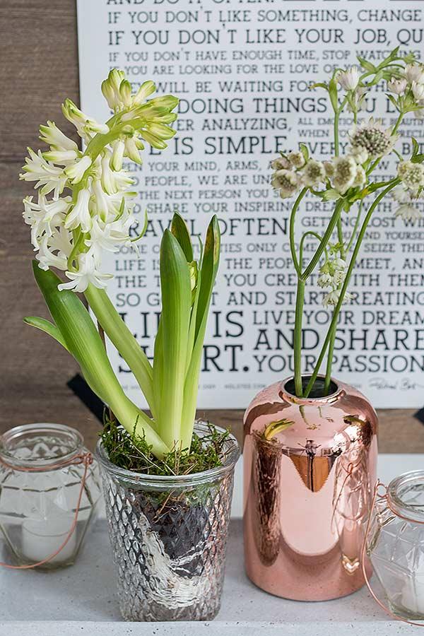 Frühlingsdeko mit Blumen und Kupferelementen