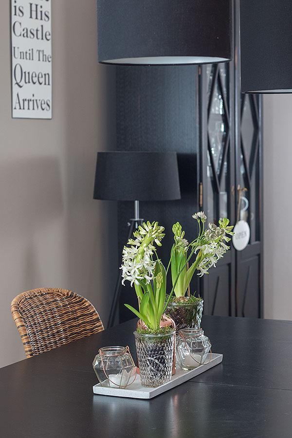 Frühlingstischdeko mit Blumen und Kupferelementen
