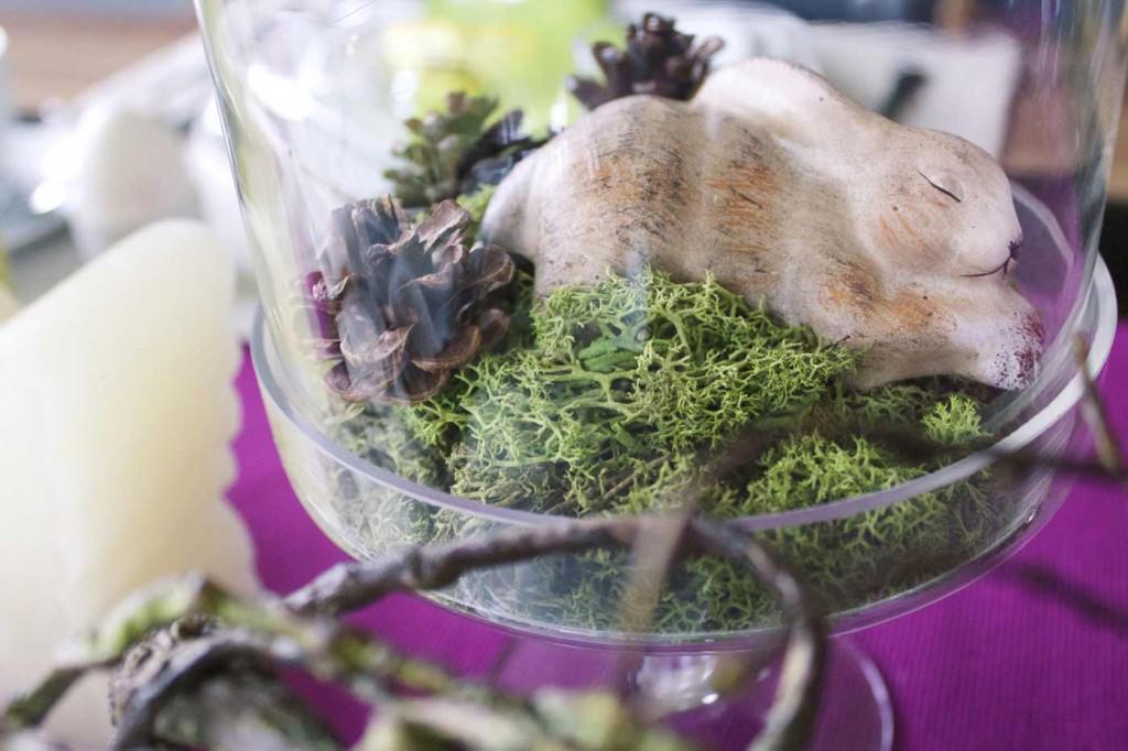 eine kleine Glasglocke mit schlafenden Häschen