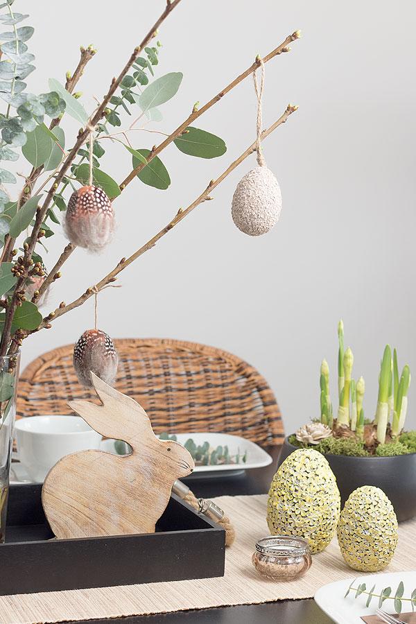 Ostertischdeko mit selbstgemachten Feder-Ostereiern