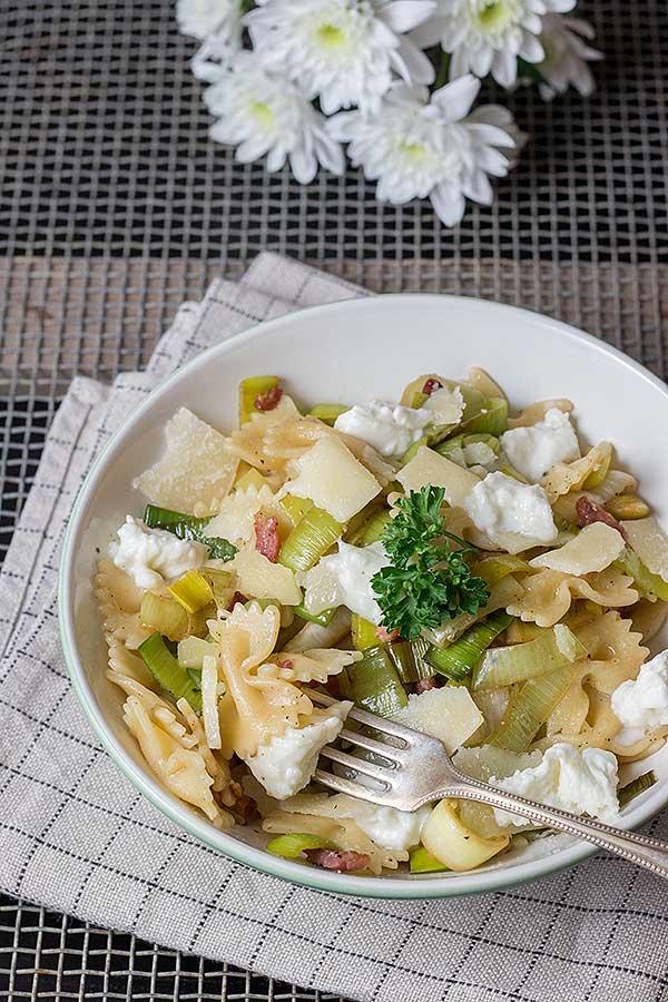 Schnelle-Pasta-mit-Lauch-Ricotta-und-Speck