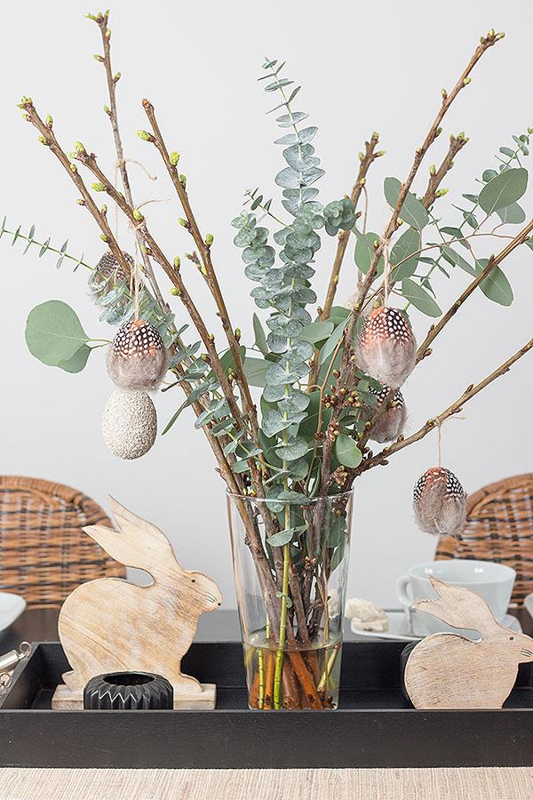 Zweige mit DIY Ostereier mit Federn