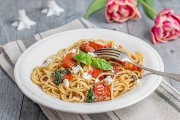 Pasta mit Kräuter-Knoblauch-Öl, Tomaten und Ziegenkäse