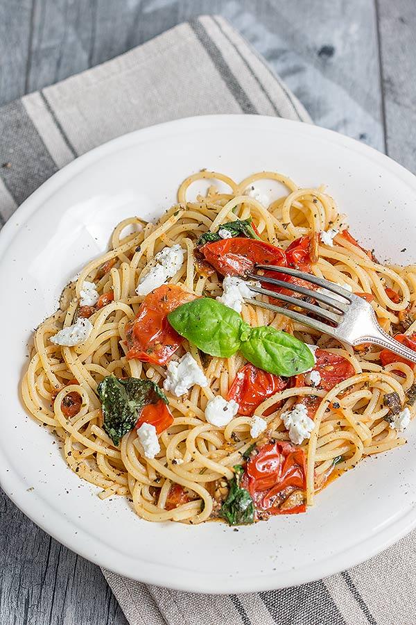 Pasta mit Tomaten und Ziegenkäse