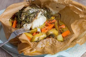 Im Ofen gegartes Kabeljaufilet auf Gemüse-Kräuter-Bett