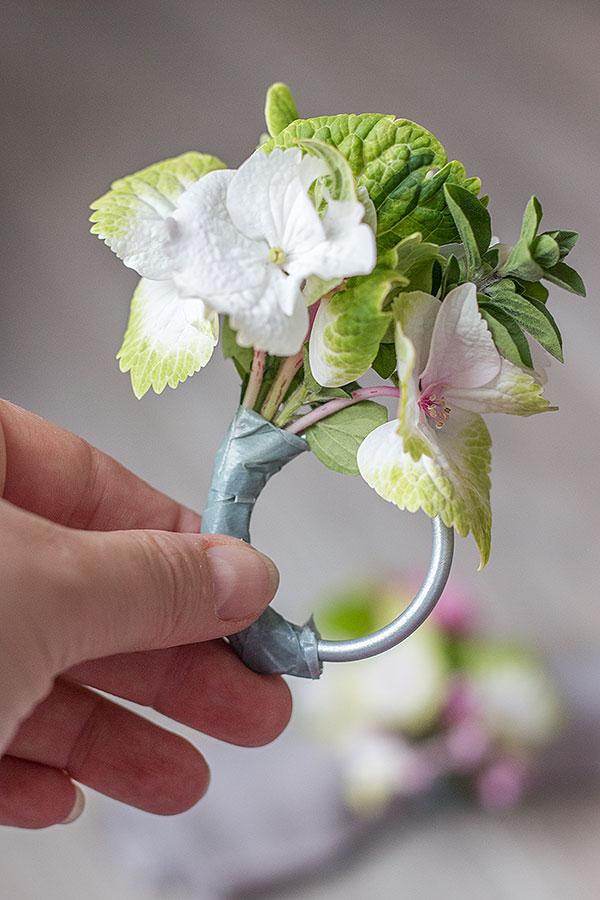 1. Schritt für DIY Serviettenringe mit Blumen