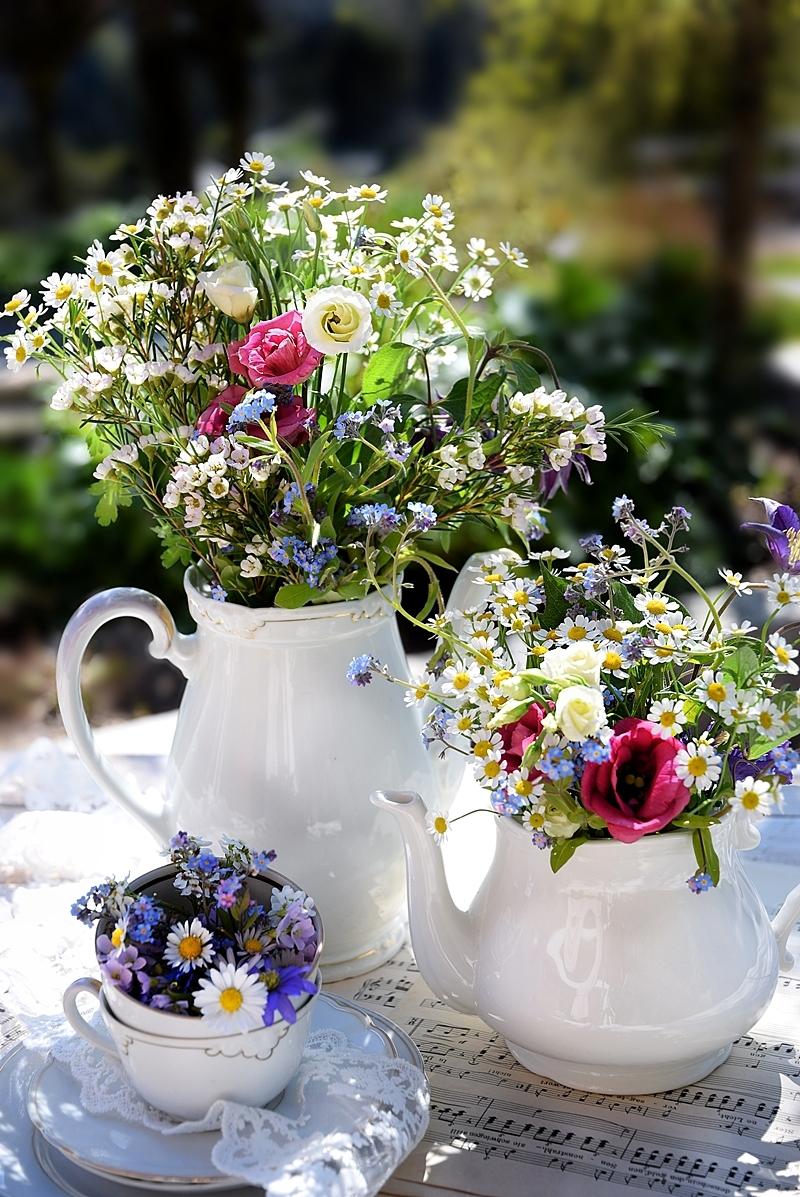 Edles-Porzellan-als-romantischer-Begleiter-für-Blumen 1k