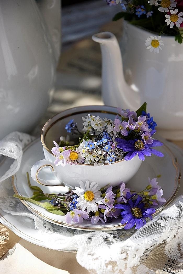 Edles-Porzellan-als-romantischer-Begleiter-für-Blumen 4k