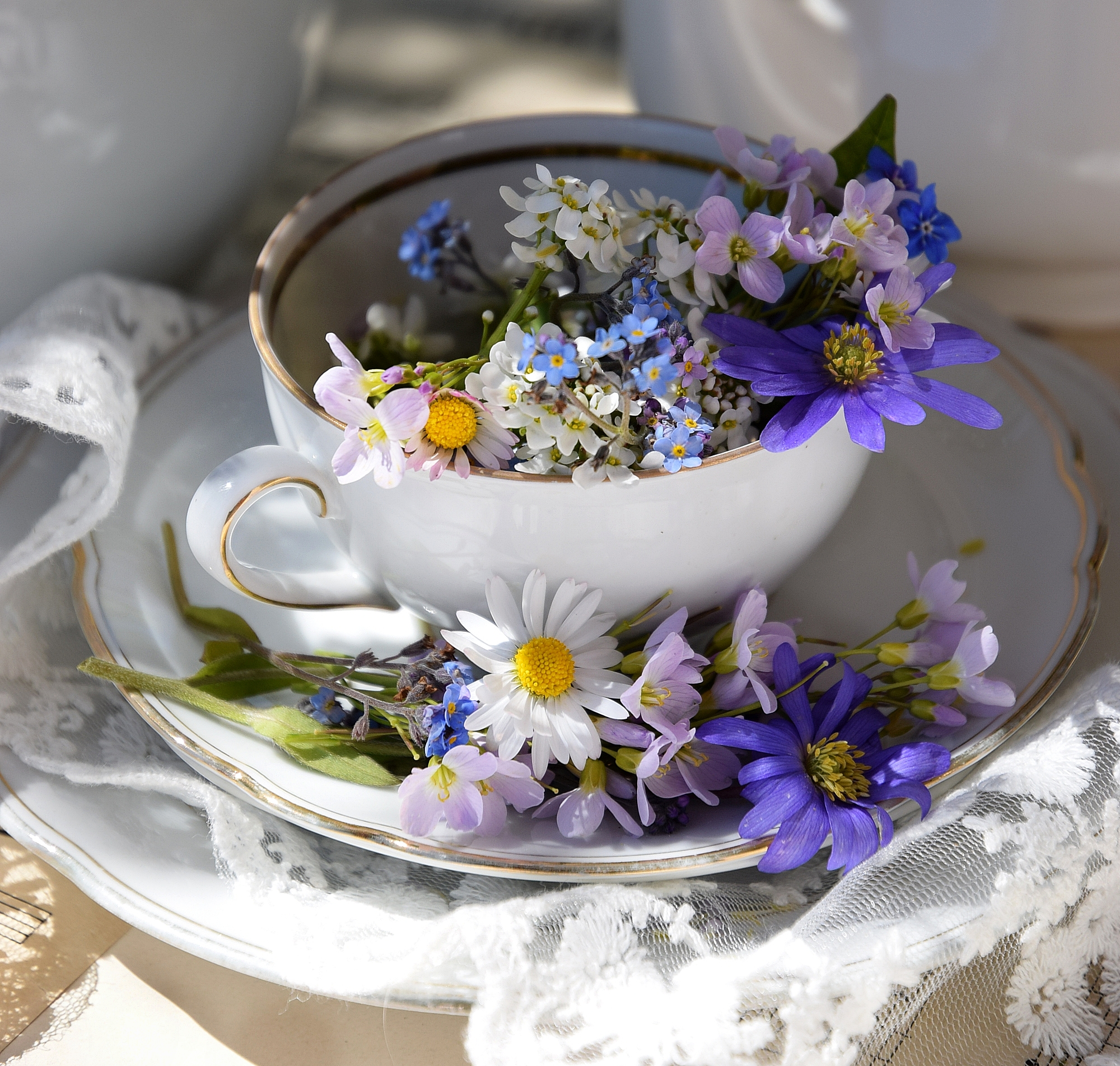 Edles-Porzellan-als-romantischer-Begleiter-für-Blumen 5k