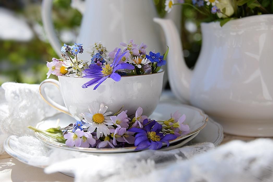 Edles-Porzellan-als-romantischer-Begleiter-für-Blumen 6k