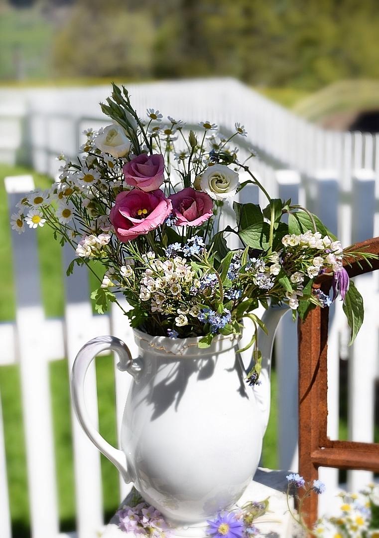 Edles-Porzellan-als-romantischer-Begleiter-für-Blumen 10k