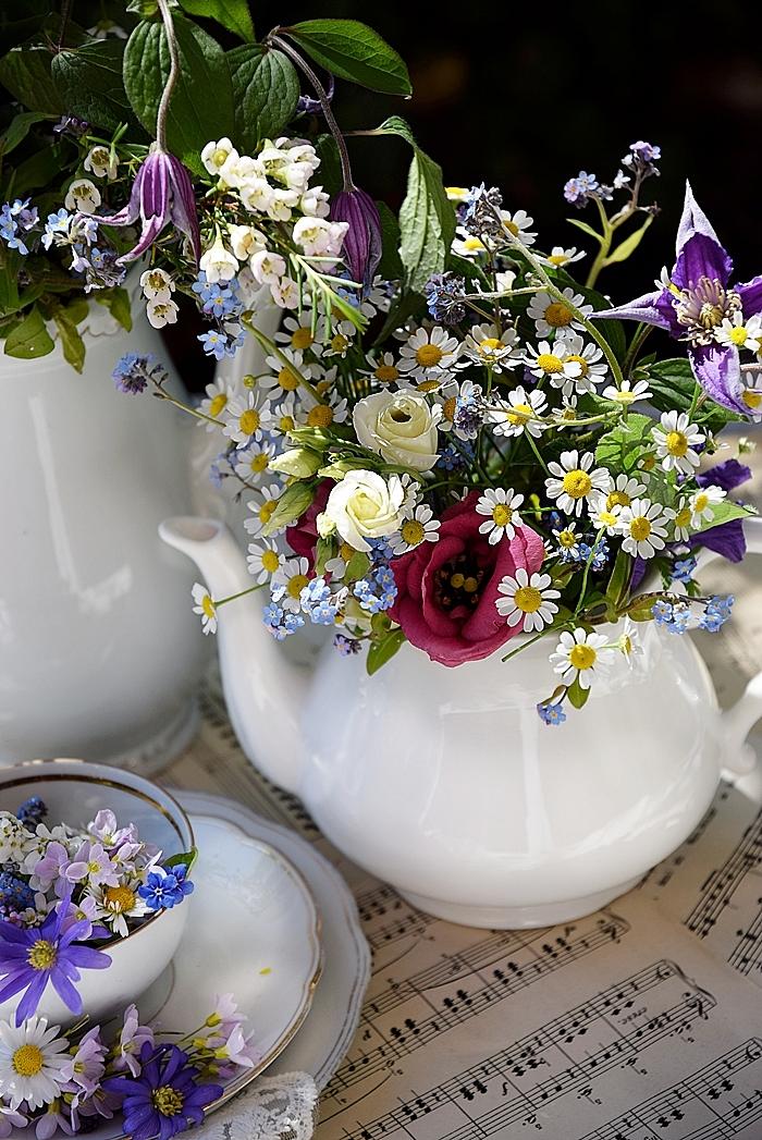 Edles-Porzellan-als-romantischer-Begleiter-für-Blumen 7k
