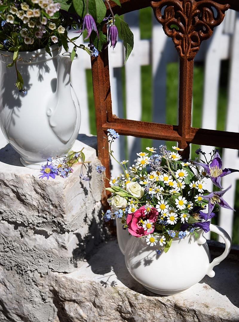 Edles-Porzellan-als-romantischer-Begleiter-für-Blumen 8k