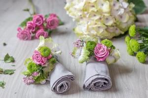selbstgemachte Serviettenringe mit Blumen