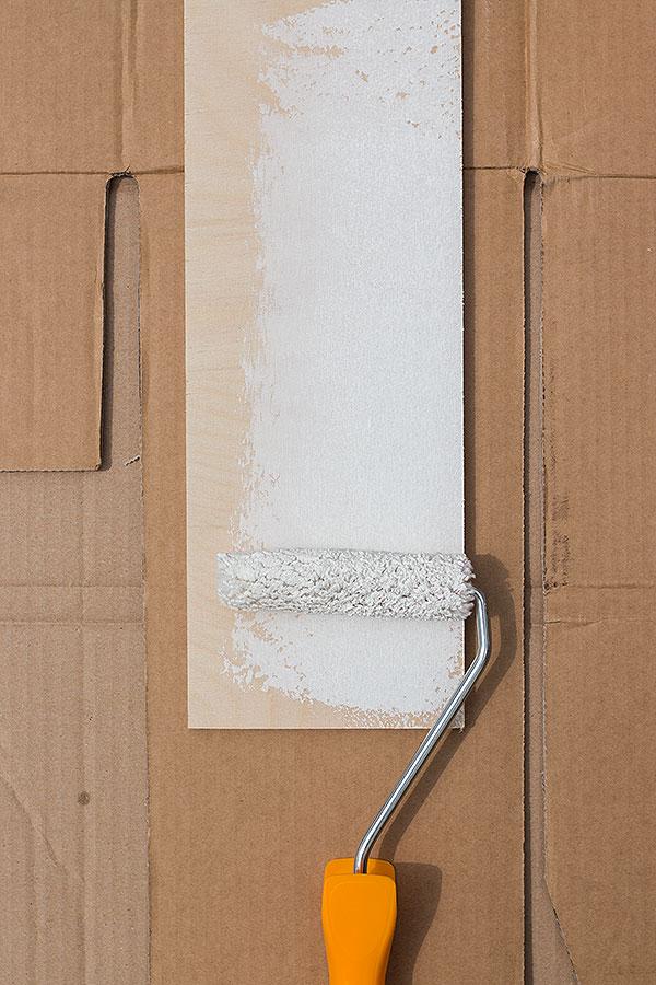 1. Schritt: Holzbrett mit Vorstreichfarbe rundherum bestreichen