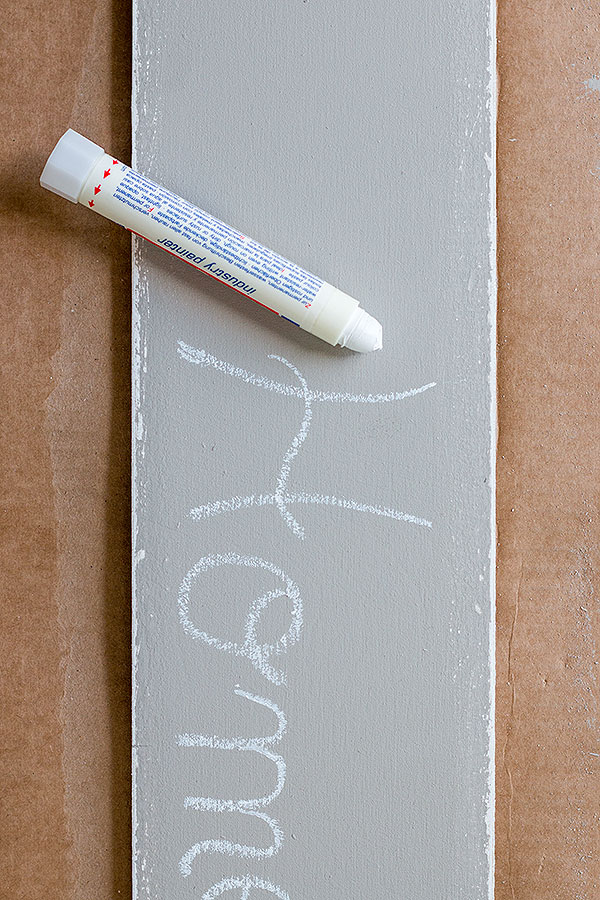 5. Schritt: das bemalte Holzbrett mit einem Industry Painter beschriften