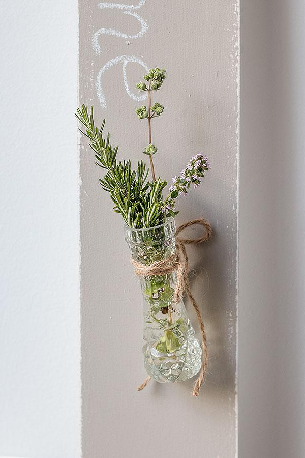 7. Schritt: eine kleine Vase an dem Schraubhaken befestigen