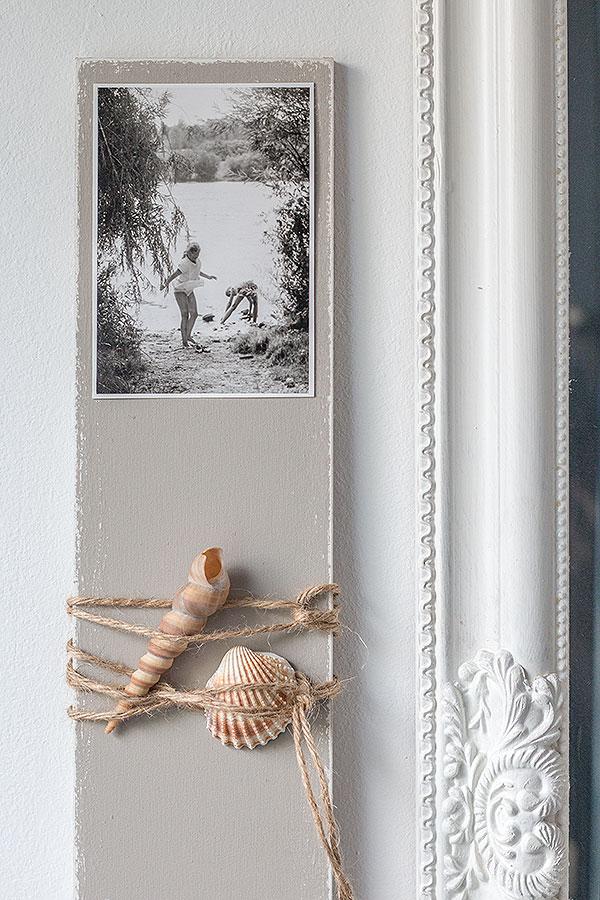 8. Schritt: im oberen Bereich ein altes Foto und Muscheln befestigen