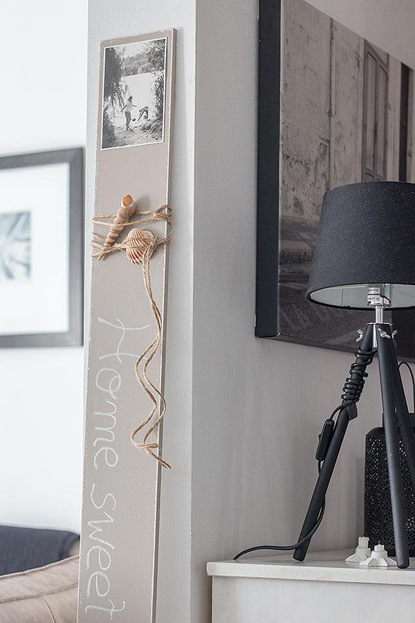 selbstgemachtes Vintage Holzschild im Wohnzimmer
