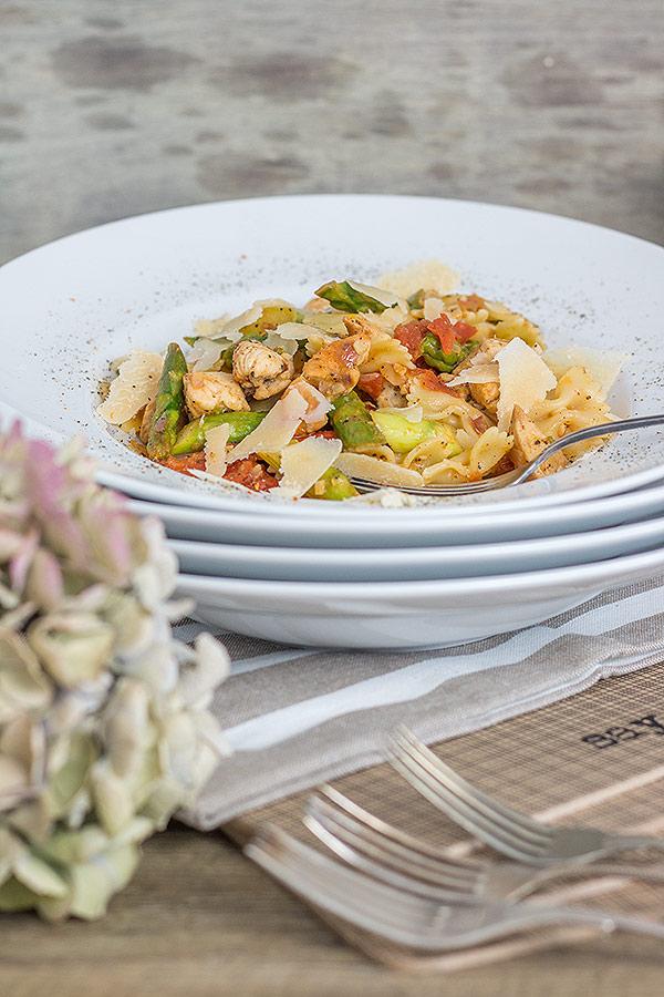 Farfalle mit Hühnchen, grünem Spargel und gehobeltem Parmesan