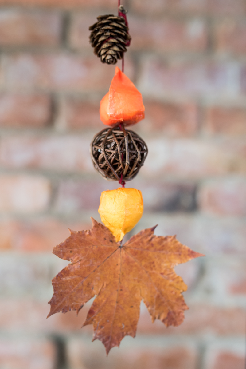 DIY Deko Girlande für den Herbst mit Blättern und Lampionblumen