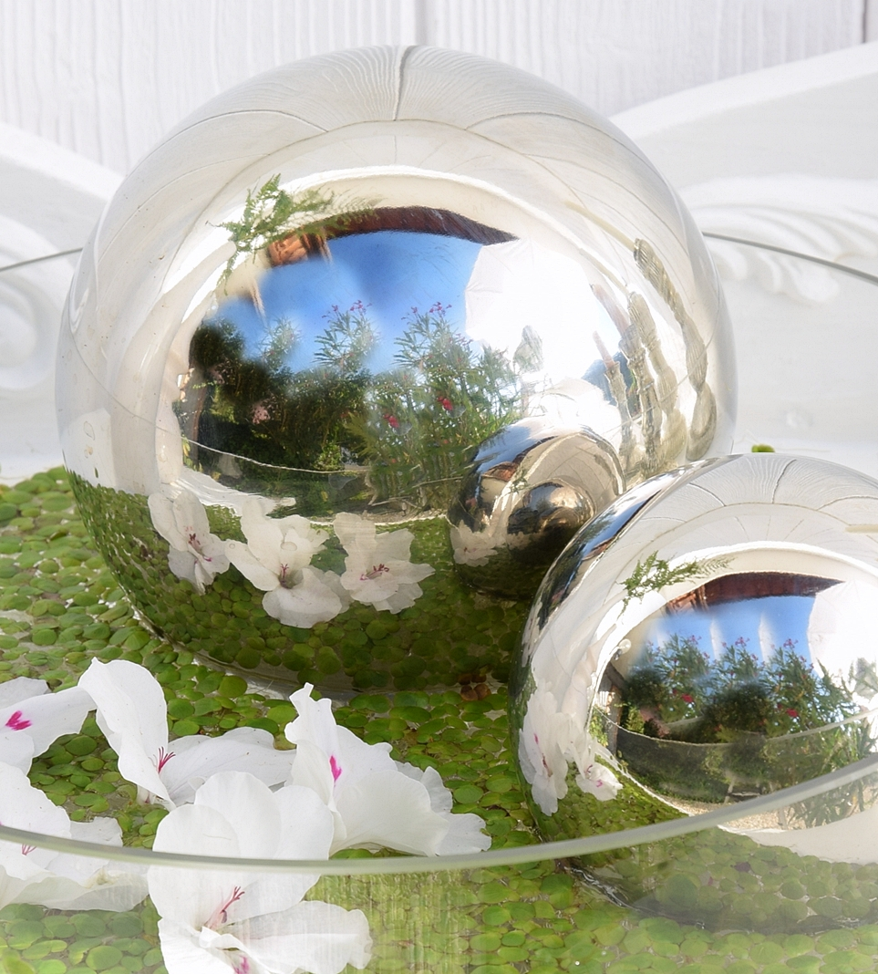 dekoidee-metallkugeln-in-schwimmschale-dekoriert-mit-pflanzen-12k