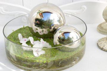 dekoidee-metallkugeln-in-schwimmschale-dekoriert-mit-pflanzen-4k