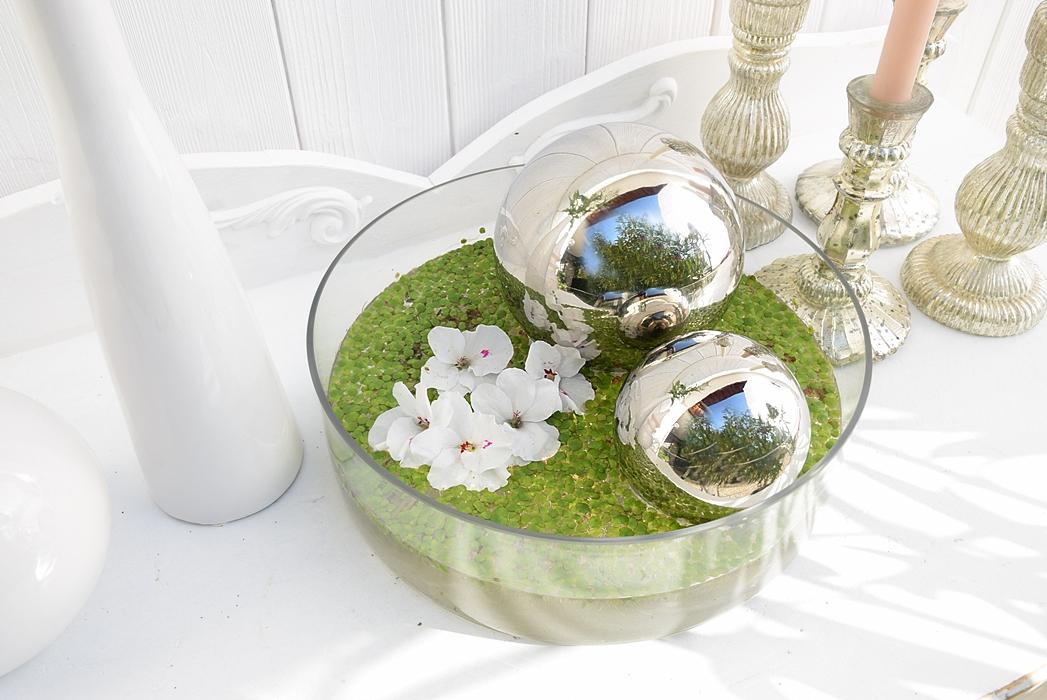 dekoidee-metallkugeln-in-schwimmschale-dekoriert-mit-pflanzen-8k