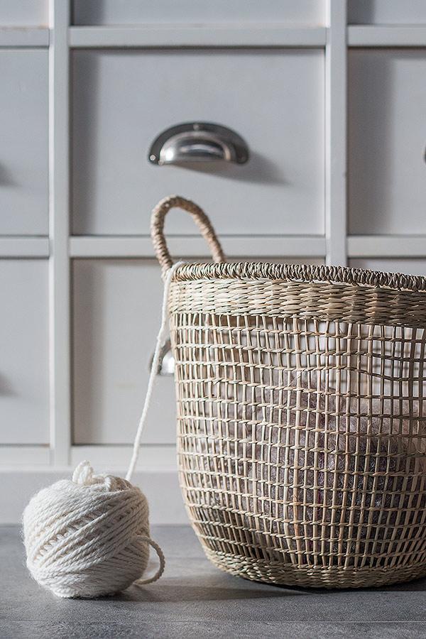 Seegras Korb von DEPOT mit Wolle befüllt