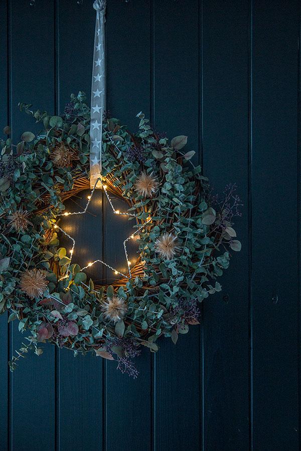 Weihnachtskranz mit Eukalyptus geschmückt