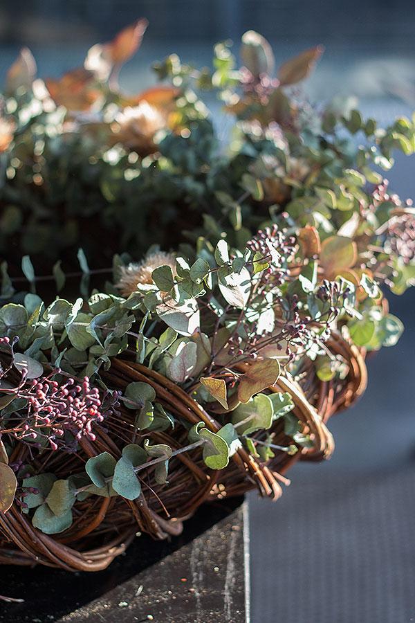 Weihnachtskranz selbst mit Eukalyptus bestücken