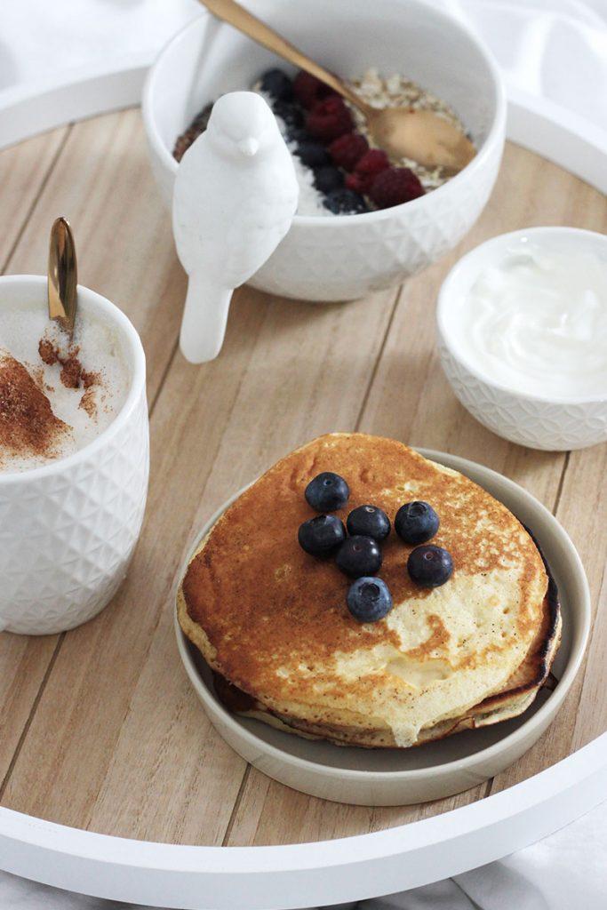 Pancakes-und-Müsli-im-Bett-frühstücken
